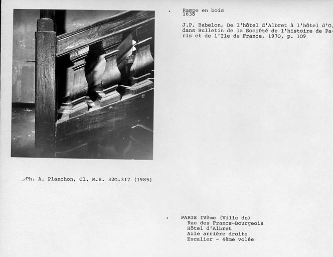 Aile arrière droite. Détail de la rampe en bois de l'escalier, quatrième repos, quatrième volée, face interne