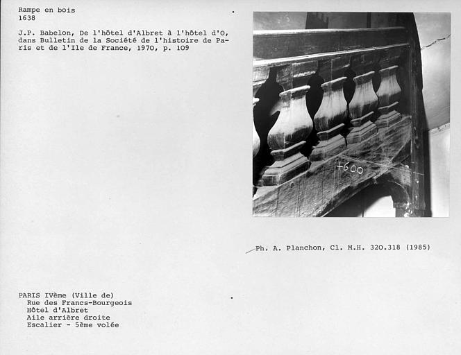 Aile arrière droite. Détail de la rampe en bois de l'escalier, cinquième volée face externe