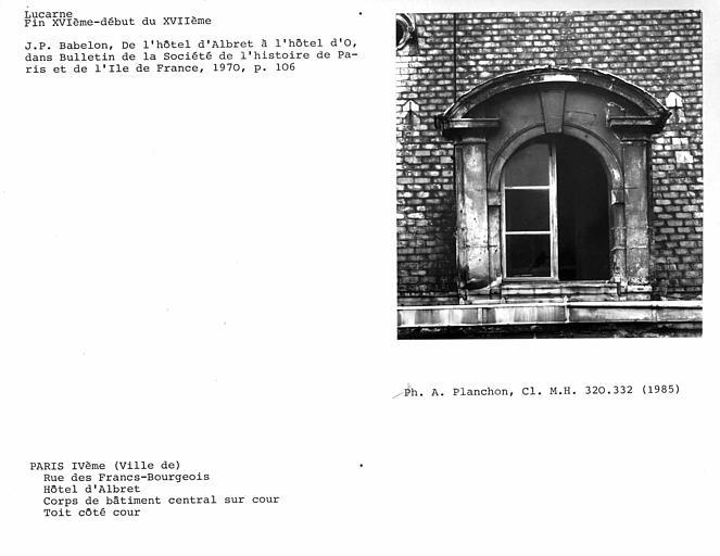 Corps de bâtiment central sur cour, lucarne de la façade sur cour partie centrale
