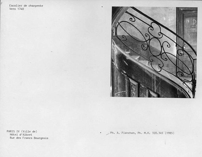Escalier de l'aile est, détails de la première volée de la rampe d'appui en fer forgé au deuxième étage