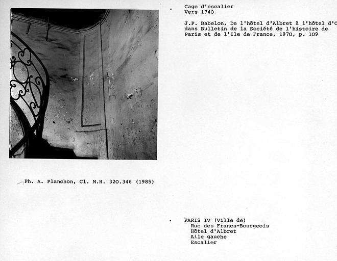 Gypserie de la cage d'escalier au deuxième étage de l'aile gauche