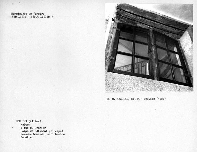 Fenêtre de l'antichambre au rez-de-chaussée du corps de bâtiment principal