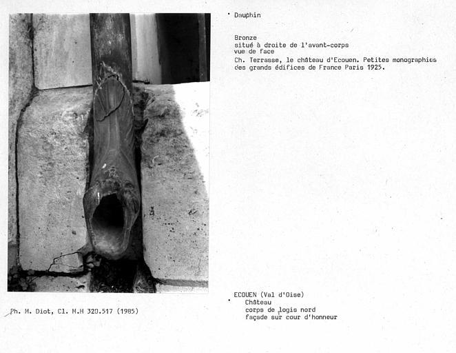 Descente de gouttière terminée par un dauphin en bronze situé à droite de l'avant-corps, vu de face, façade sur cour d'honneur du corps de logis nord