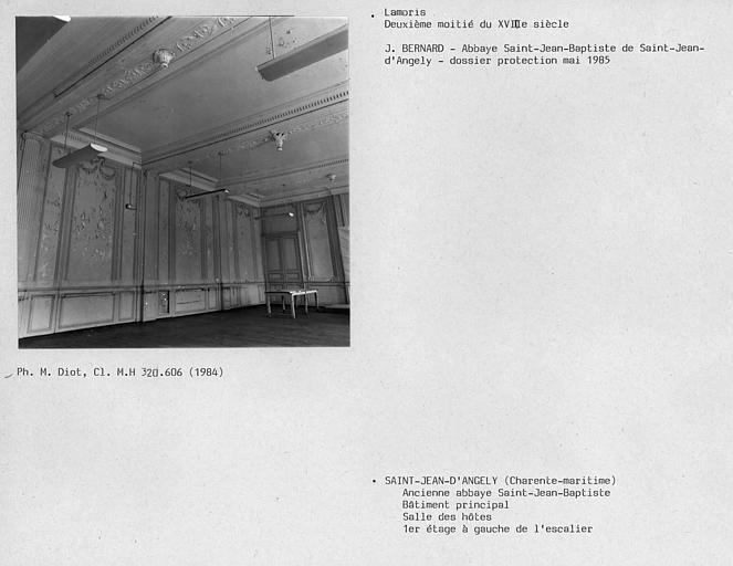 Lambris dans la salle des hôtes à gauche de l'escalier, au premier étage du bâtiment principal