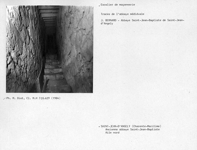 Escalier dans l'épaisseur du mur sous la charpente, aile nord