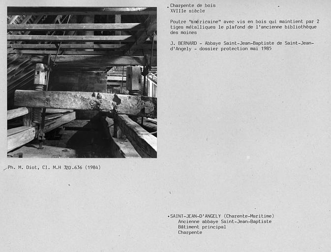 Charpente avec poutre américaine et vis en bois du bâtiment principal