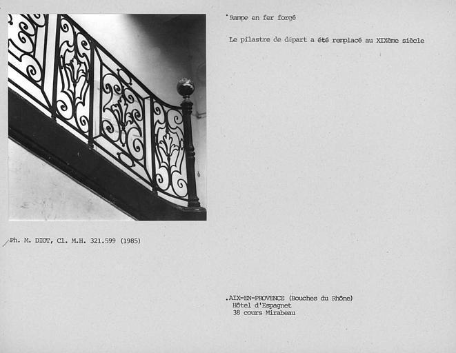 Rampe en fer forgé et pilastre de départ de l'escalier