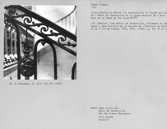 Escalier de l'aile gauche, détail de la rampe en fer forgé entre rez-de-chaussée et étage
