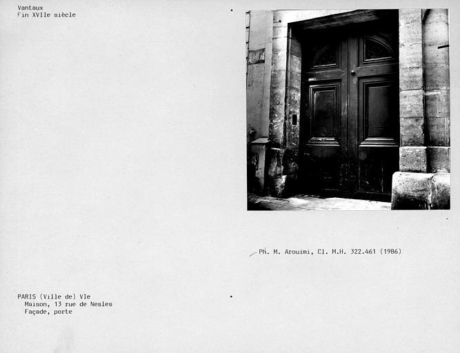 Maison. Vantaux de porte de la façade sur rue