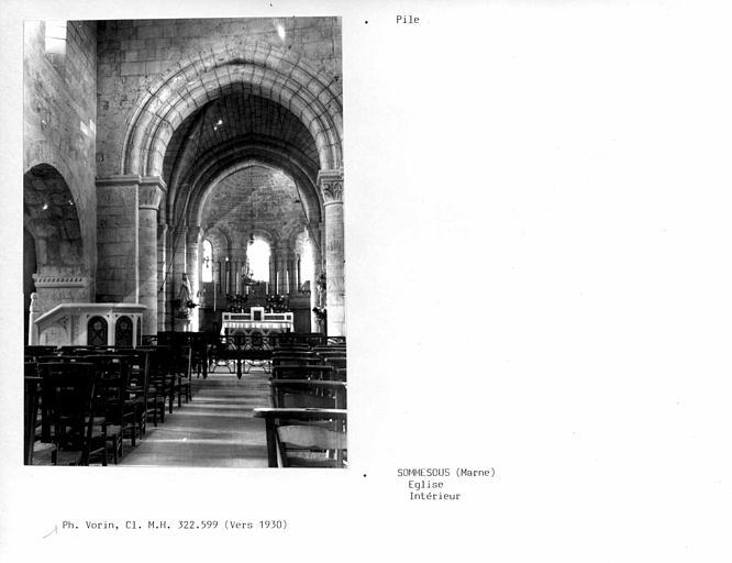 Intérieur, piles de la nef, vue vers la choeur