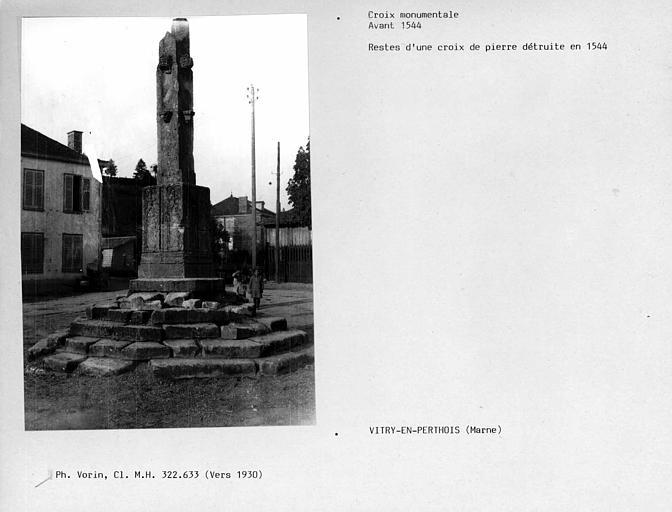 Base d'une croix de pierre détruite en 1544