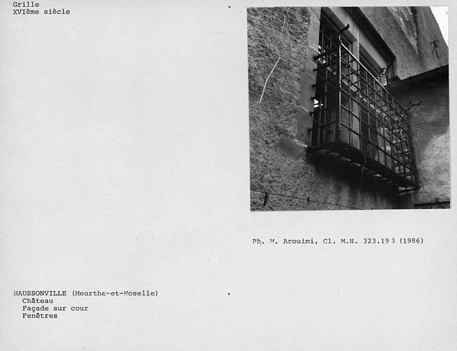Grille de fenêtre au rez-de-chaussée de la façade sur cour