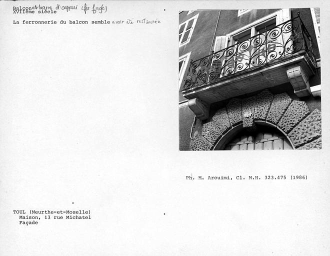 Balcon en fer forgé de la façade, dont la ferronnerie a aprobablement été restaurée