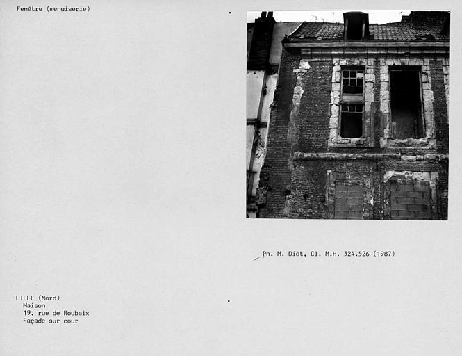 Restes de menuiserie de fenêtre du premier étage de la façade postérieure, côté cour