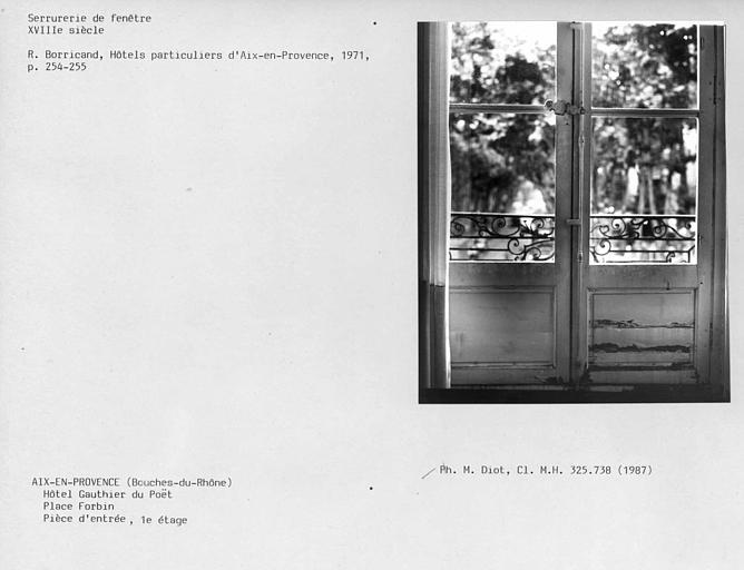 Serrurerie de la fenêtre de la pièce d'entrée du premier étage