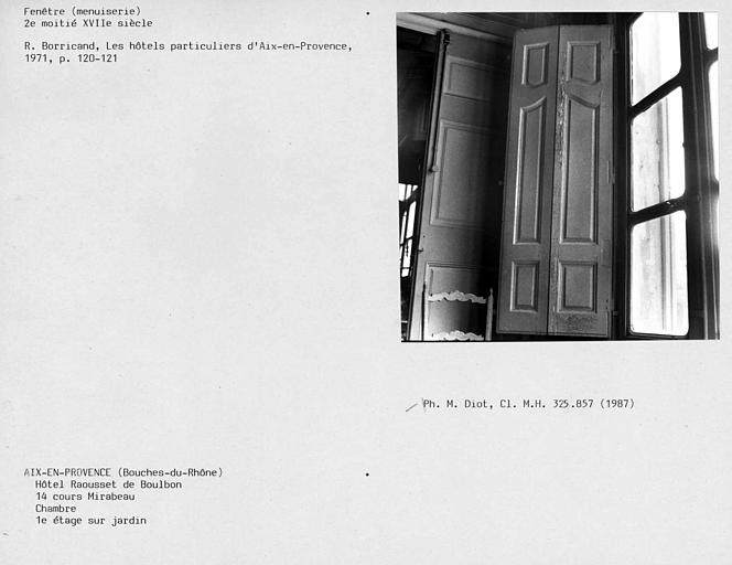 Fenêtre de la chambre du premier étage, volet intérieur