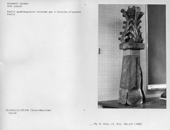 Clocher, ornement de toiture en plomb vu de profil, partie quadrangulaire terminée par quatre feuilles d'acanthe