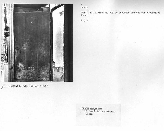 Face de la porte donnant sur l'escalier au rez-de-chaussée du logis