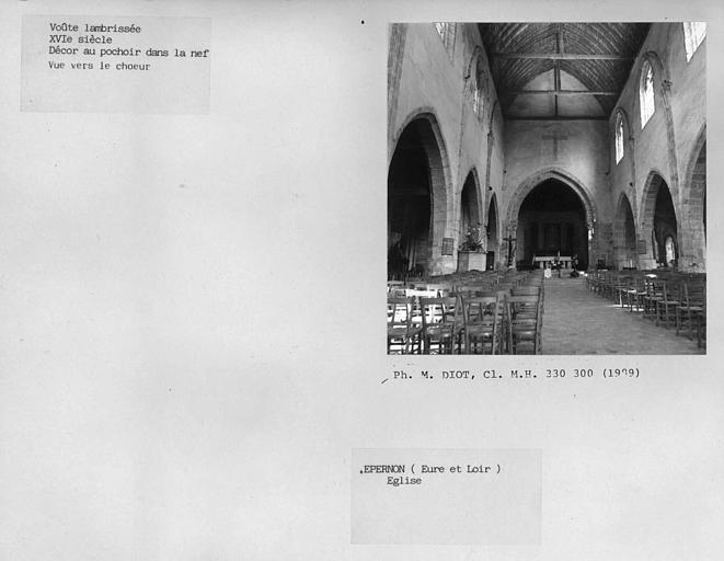 Charpente lambrissée de la nef, vue vers le choeur, décor au pochoir