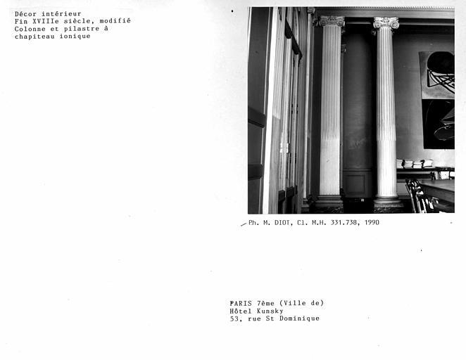 Décor modifié de la salle des commissions, colonne et pilastre à chapiteau ionique
