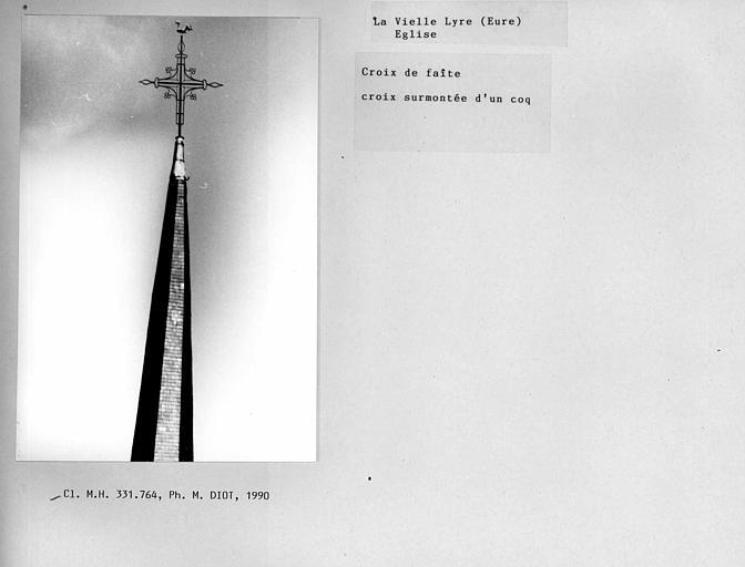 Croix de faîte du clocher surmontée d'un coq