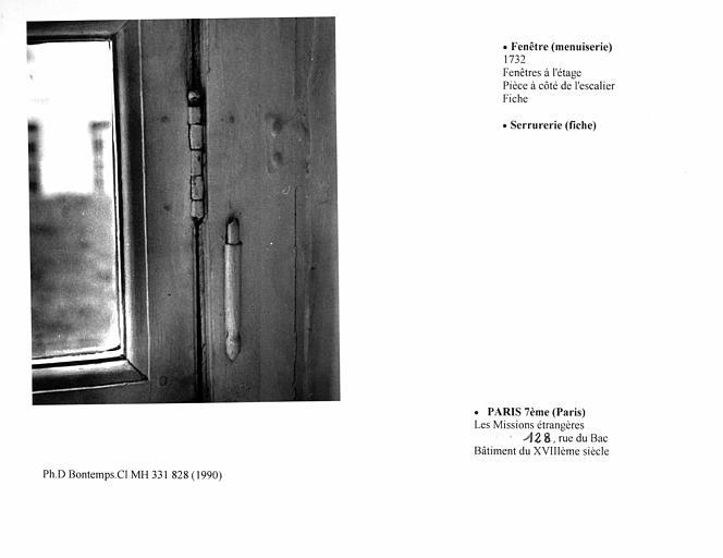 Fenêtre de la pièce à l'étage, près de l'escalier, serrurerie, fiche