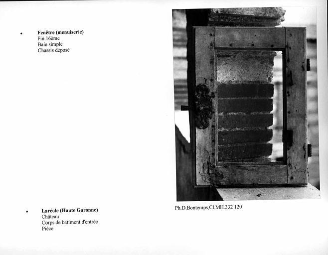 Châssis de fenêtre provenant de la pièce du corps de bâtiment d'entrée. Baie simple
