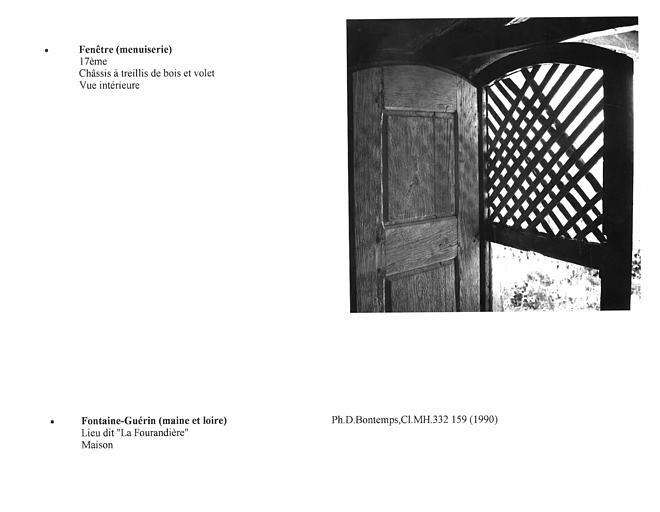 Lucarne à châssis orné d'un treillis de bois, B. Vue intérieure avec volet