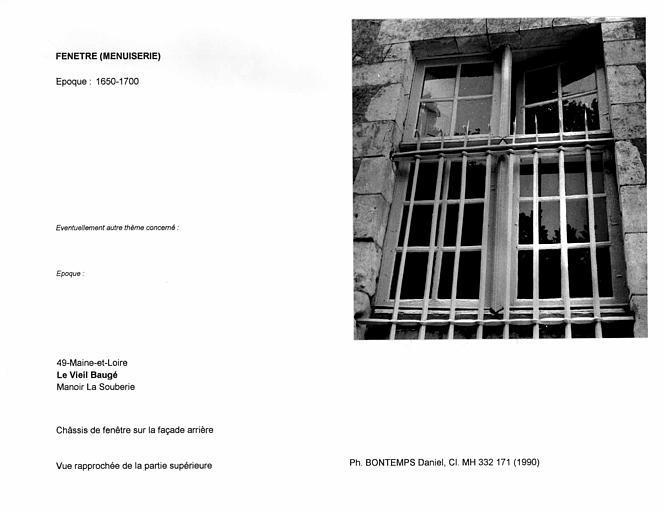Châssis de fenêtre sur la façade arrière. Vue rapprochée de la partie supérieure