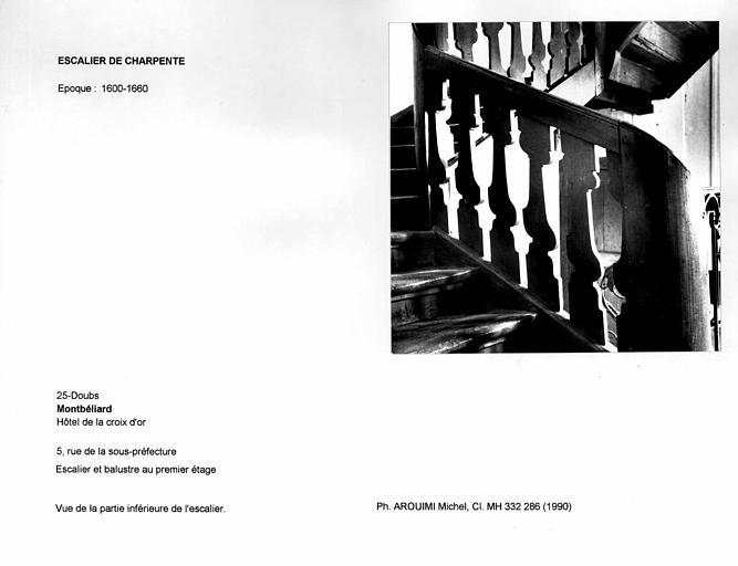 Escalier et balustre au premier étage. Vue de la partie inférieure de l'escalier
