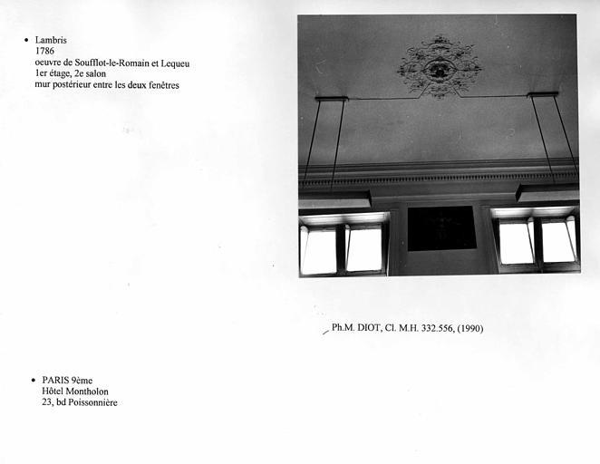Lambris du deuxième salon au premier étage. Mur postérieur entre les deux fenêtres