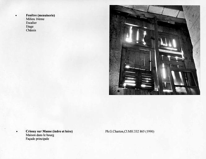 Châssis de fenêtre situé à l'étage dans l'escalier