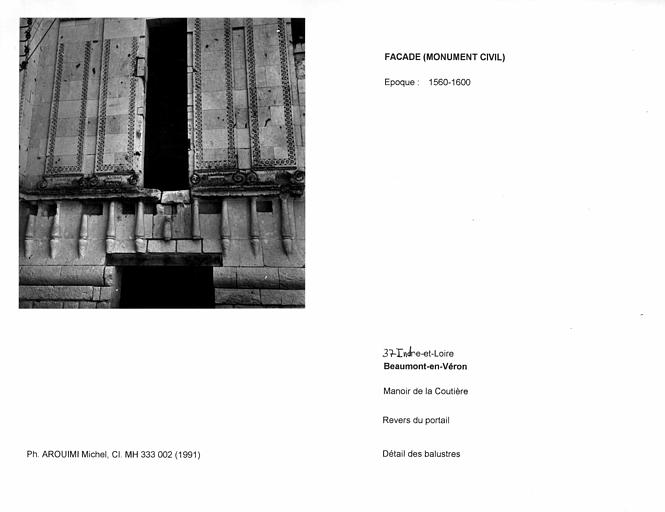 Revers du portail de la façade. Détail des balustres
