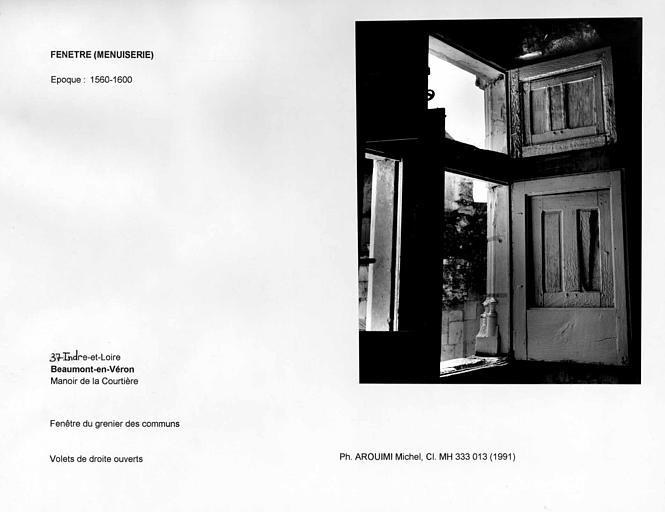 Fenêtre du grenier des communs. Volets de droite ouverts