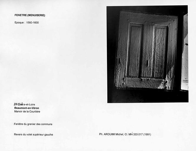 Fenêtre du grenier des communs. Revers du volet supérieur gauche