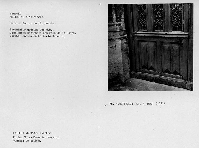 Vantaux du portail sud. Vantail de gauche en bois et fonte, partie basse