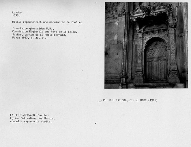 Fontaine de la chapelle rayonnante droite. Détail représentant une menuiserie de fenêtre