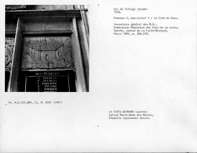 Epi de faîtage en plomb de la chapelle rayonnante droite. Panneau n°5, bas-relief n°3 : La cité de Dieu