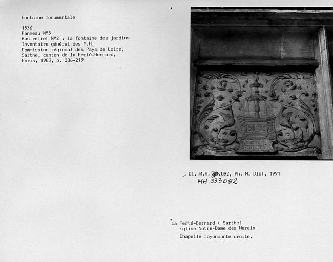 Fontaine monumentale de la chapelle rayonnante droite. Panneau n°5, bas-relief n°2 : La fontaine des jardins