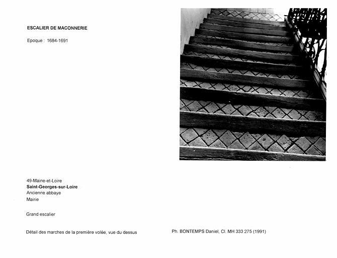 Grand escalier. Détail des marches de la première volée, vue du dessus
