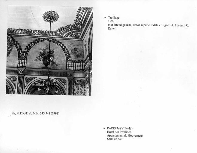 Treillage de la salle de bal de l'appartement du gouverneur. Mur latéral gauche, décor supérieur daté et signé : A. Lecourt, C. Rattel