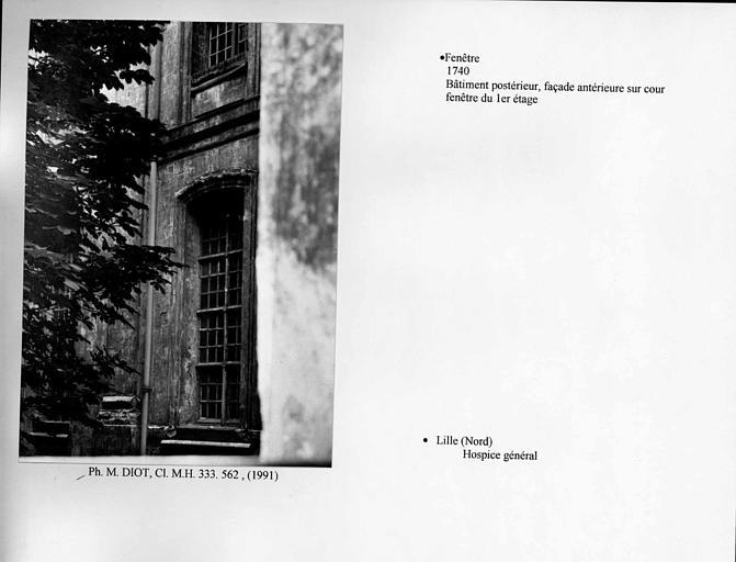 Fenêtre au premier étage de la façade sur cour du bâtiment postérieur. Vue d'ensemble