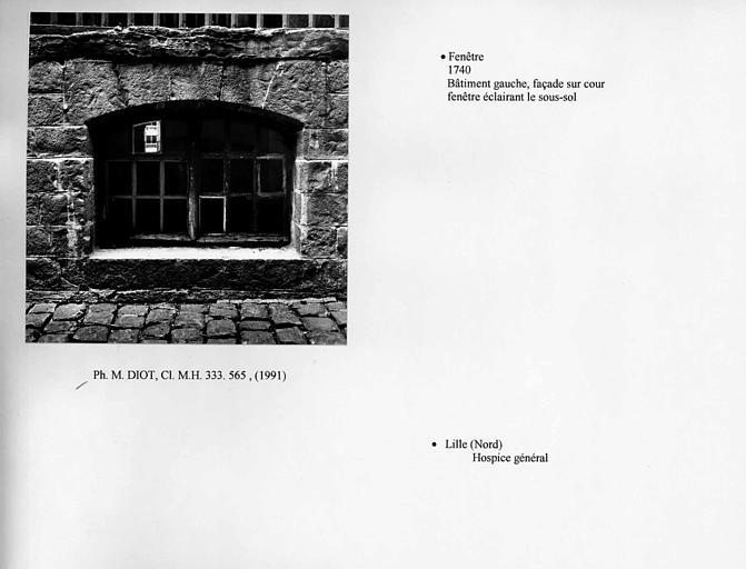 Fenêtre éclairant le sous-sol, façade sur cour du bâtiment latéral gauche