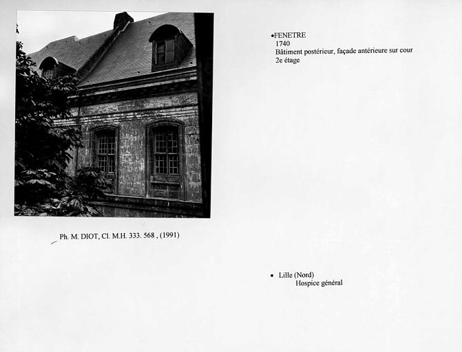 Fenêtres au deuxième étage de la façade sur cour du bâtiment postérieur. Vue d'ensemble