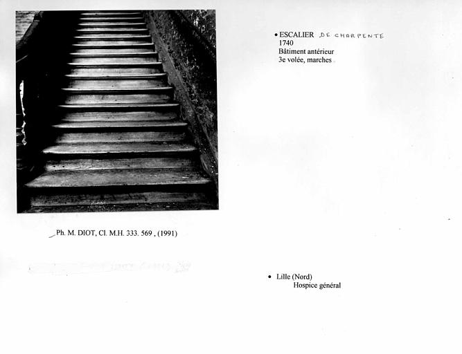 Escalier du bâtiment antérieur. troisième volée, détail des marches