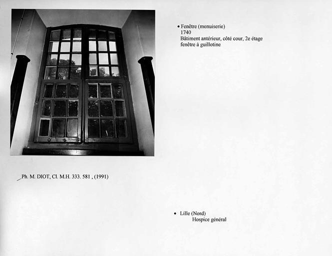 Fenêtre à guillotine au deuxième étage côté cour du bâtiment antérieur. Vue d'ensemble