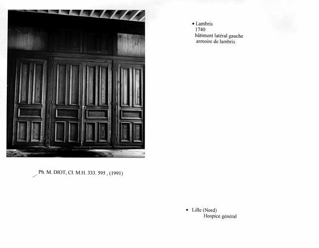 Lambris formant une armoire au premier étage du bâtiment latéral gauche. Vue d'ensemble