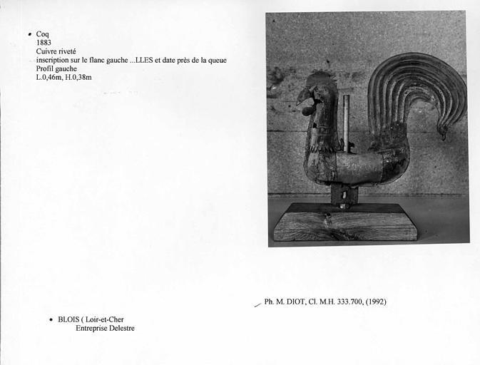 Coq en cuivre riveté, profil gauche. Inscription sur le flanc gauche