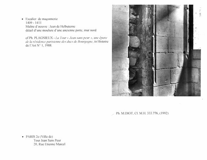 Escalier de maçonnerie, détail d'une moulure d'une ancienne porte, mur nord