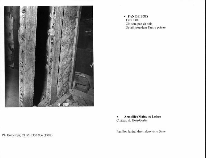 Pan-de-bois de la cloison au deuxième étage du pavillon latéral droit. Détail, trou dans l'autre poteau